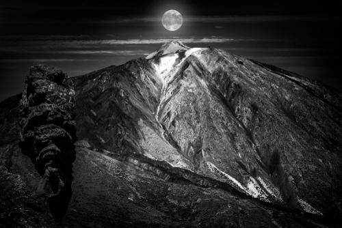 恋が叶う満月と溶岩の画像