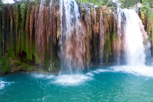 心を落ち着かせる滝の待ち受け画像